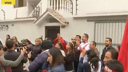 Hinchas celebran la habilitación de Paolo Guerrero frente a la casa de 'Doña Peta'