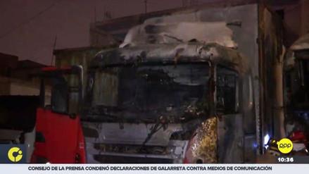 Dos camiones se incendiaron dentro de una cochera en La Victoria