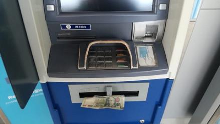 Agentes Águilas Negras devuelven dinero hallado en cajero automático