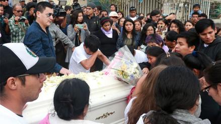 Familiares y amigos sepultaron restos de Eyvi Ágreda en Comas