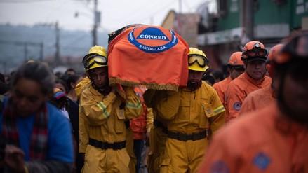 Guatemala despidió a rescatista que murió mientras ayuda a víctimas de erupción del volcán de Fuego
