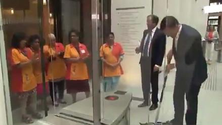 El primer ministro de Holanda trapeó el café que derramó en el Parlamento