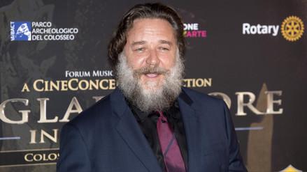 Russell Crowe se muestra subido de peso durante proyección benéfica de