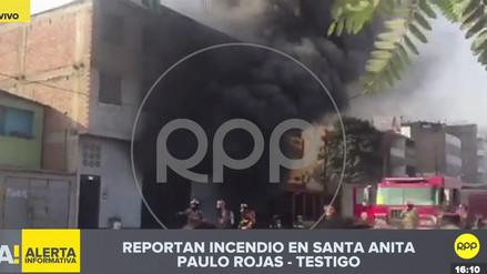 Bomberos controlan incendio en almacén de plásticos en Santa Anita