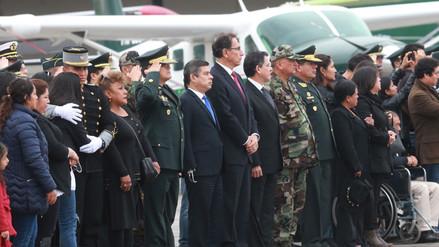 Martín Vizcarra recibió los féretros de los policías asesinados en Huancavelica