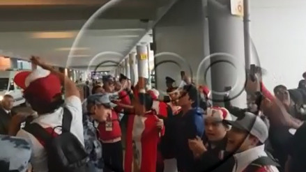 Hinchas recibieron a la Selección Peruana en su llegada a Rusia