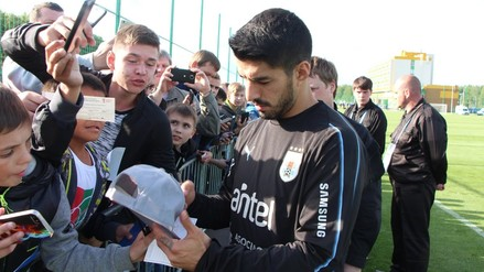 Uruguay con Suárez a la cabeza desató la locura tras firma de autógrafos en Rusia 2018