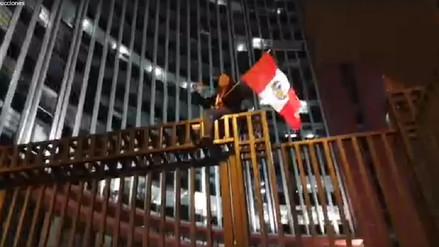 Mujer protestó escalando reja de la Corte Superior de Justicia de Lima