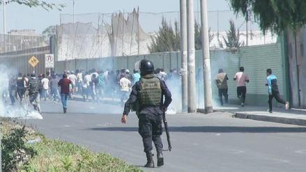 Gases lacrimógenos, 21 detenidos y un patrullero con daños en protesta
