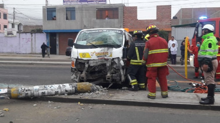 Chofer de combi queda grave al chocar contra poste en Trujillo