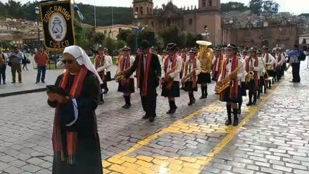 Estudiantes alientan a la selección interpretando Moscú en Cusco