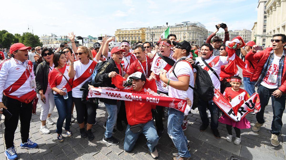 Hinchas peruanos cantaron el Himno Nacional en la Plaza Roja de Moscú