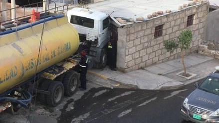 Camión cisterna se empotró en vivienda en Arequipa
