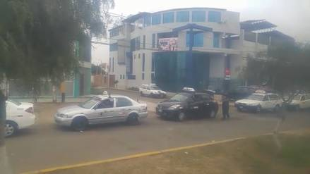 Más de mil taxis forman cola para renovar licencia de circulación en Trujillo