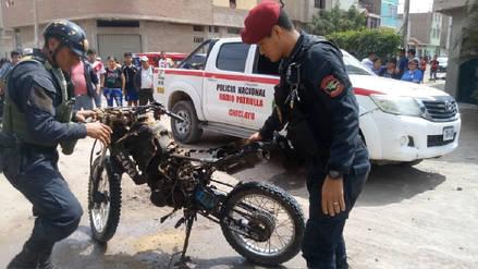 Vecinos queman motocicleta de delincuentes en Chiclayo