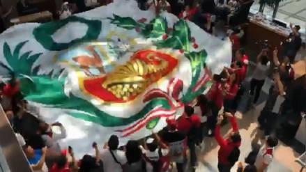 Hinchas peruanos recibieron a la selección tras sus entrenamientos