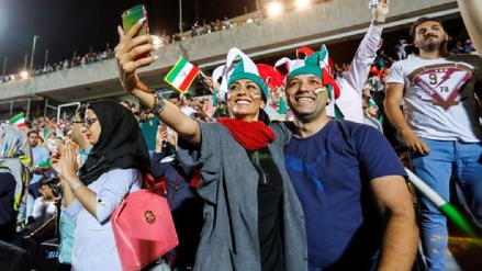 Por primera vez en 39 años mujeres iraníes vieron partido de fútbol junto a varones