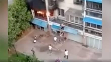 Un grupo de vecinos se unió para rescatar a dos niñas atrapadas en un edificio en llamas