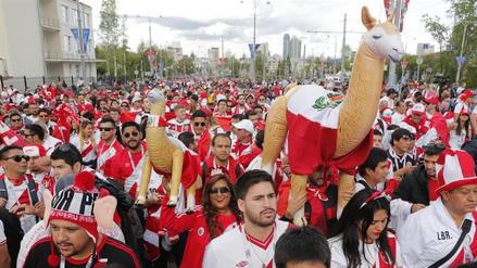 Hinchas peruanos realizaron un 'banderazo' en Ekaterimburgo