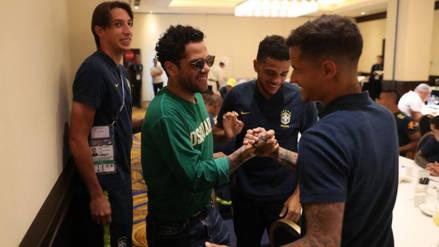 Dani Alves visitó a la selección brasileña antes del partido contra Serbia