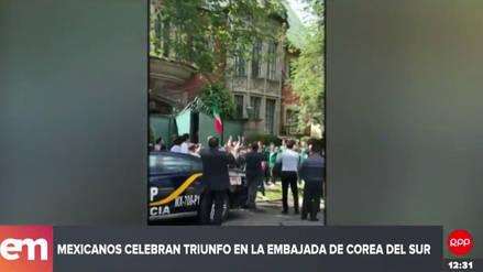 Video | Hinchas mexicanos celebran su pase a octavos en la embajada de Corea del Sur