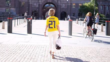 Una ministra sueca se puso la camiseta del jugador de origen turco que recibió insultos racistas