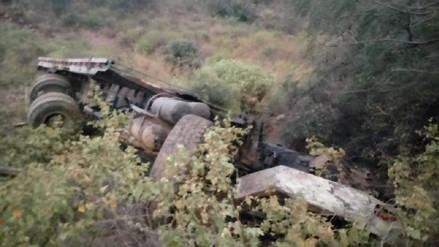 Un muerto y un herido tras volcadura de camión a un abismo en Otuzco