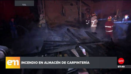 Un incendio consumió un almacén de madera en San Juan de Lurigancho