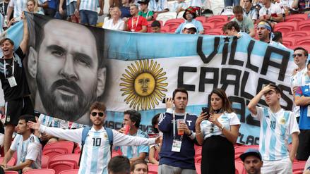 Hinchas argentinos y franceses arman la fiesta en las tribunas del Kazán Arena