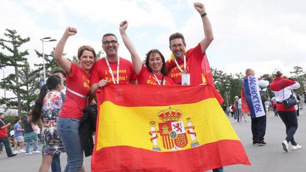 Hinchas arman la fiesta en el España vs Rusia por los octavos de final del Mundial