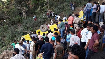 Al menos 47 muertos en India tras caída de bus a un abismo