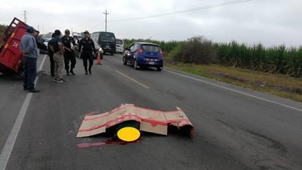Un muerto y dos heridos en choque de motocar con trailer
