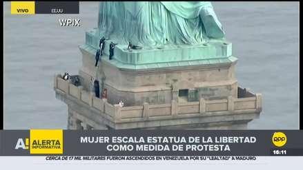 Mujer escaló la Estatua de la Libertad en protesta contra políticas migratorias de Trump