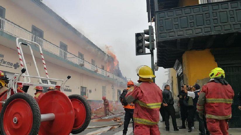 Incendio consume casona en centro histórico de Trujillo