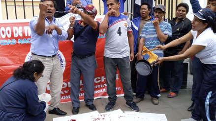 Trabajadores de la UNPRG se encadenan y desangran a 28 días de huelga