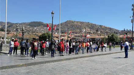 Profesor aprovecha feriado para enseñar música a sus estudiantes en Cusco