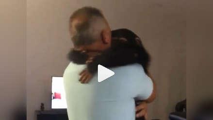 Limbani, el bebé chimpancé que enternece internet con efusivo abrazo a pareja que le salvó la vida