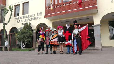 Funcionarios trabajan ataviados con trajes típicos en San Jerónimo