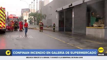 Un gran incendio consume un supermercado en Miraflores