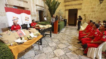 Después de 15 años renuevan uniformes a bomberos en Arequipa