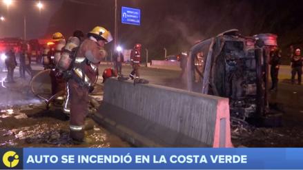 Un auto se incendió en la Costa Verde luego de estrellarse