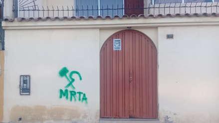 Desconocidos realizan pintas subversivas en cerco de vivienda en Socabaya