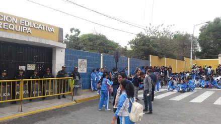 Alumnas del colegio Arequipa bloquean vía y se exponen a perder el año escolar