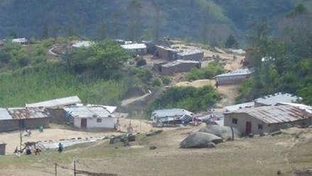 Comuneros saleños caminan un kilómetro para abastecerse de agua