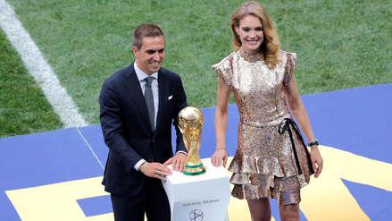 Philipp Lahm y Natalia Vodianova entregaron la Copa del Mundo en la final de Rusia 2018