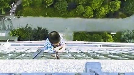 Un niño de cinco años se aferró a una baranda tras caer de un piso 20 y sobrevivió