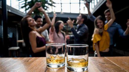 El consumo de alcohol aumenta la posibilidad de que se juzgue como más atractiva a una persona