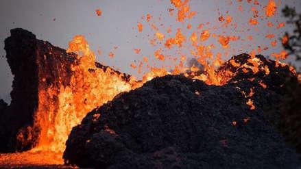 Video muestra el preciso momento en que una explosión de lava impacta contra un barco turístico en Hawái