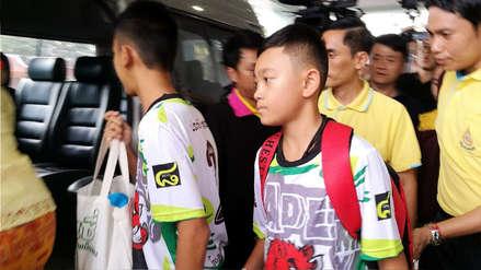 Los doce niños rescatados de cueva en Tailandia y su entrenador fueron dados de alta