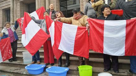 Profesores lavaron banderas en rechazo a la corrupción en Cusco